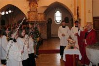 Pfarrer Arnold segnet die Palmbuschen