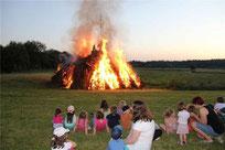Große und kleine Gäste blickten fasziniert ins Feuer.