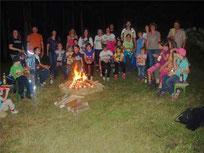 Dicht gedrängt versammelten sich die Nachtwanderer am Feuer und genossen ihre Brotzeit.