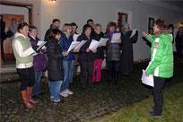 Der Kirchenchor sang beim Adventsmarkt in Ast.