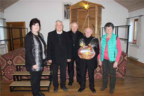 Gertraud Maier, Stadtpfarrer Häupl, Diakon Eiber und Anna Fischer dankten Pfarrer Arnold für dessen Engagement.
