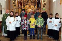 Die Firm- und Kommunionkinder mit Pfarrer Raimund Arnold