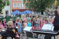 Der Kinderchor aus Ast sang beim Kultursommer.