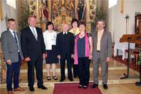 Die Ehrengäste bedankten sich bei Chorleiterin Lissa Laubmeier.