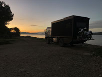 Allradwohnmobil Zirbenbox im Sonnenuntergang