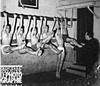 Enfants faisant des exercices aux barres