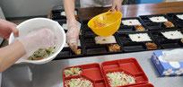 厨房部門の盛り付け作業