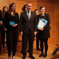 Innenminister Boris Pistorius (Mitte) übergibt den Preis an Alina Schilling und Monika Dehmel
