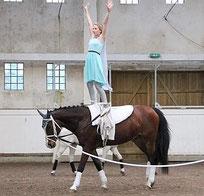 """Elsa, gespielt von Luisa Beste, zeigt ihr Können auf dem Pferd Charly Brown. Zum Auftakt hatte der Verein ein Stück zu Disney's """"Die Eiskönigin"""" vorbereitet."""