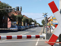 Beschrankter Bahnübergang mit Andreaskreuz