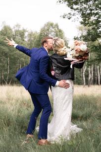 een bruid met een jasje is cool
