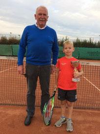 Danilo mit Pokal und Trainer Willi