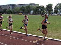 Anna (vorne), beim 800m Lauf