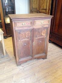 Das Bild zeigt einen antiken Vertiko aus holz, der von Nouvelle-Antique in Aachen verkauft wird.