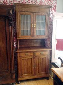 Auf dem Photo ist eine antike Anrichte aus Holz zu sehen, die von Nouvelle-Antique in Aachen verkauft wird.