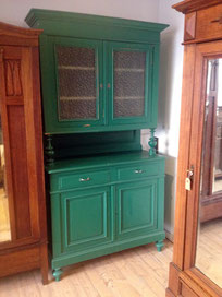 Auf dem Foto ist ein grüner Küchenschrank zu sehen der in Aachen bei Nouvelle-Antique verkauft wird.