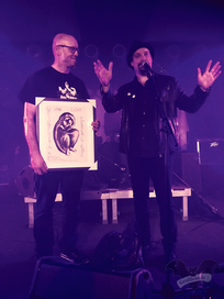 Die Geschenkübergabe von Giant Waves an Christian Lebrecht, Dark Spring-Festival 2019 / Foto: Batty Blue