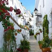Ruelles pittoresques de Frigiliana village blanc Andalou