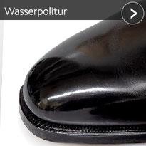 Schwarze Schuhspitze mit Wasserpolitur