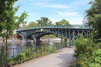 Brücke Rosa-Luxemburg-Steg im Tiergarten. Foto: Helga Karl