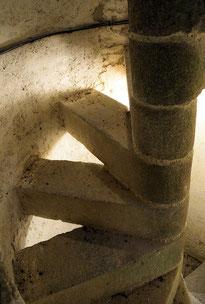 L'escalier en colimaçon avec ses marches palières étroites sans contre-marches