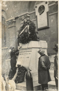 """""""17 ottobre 1937 – Inaugurazione del nuovo gagliardetto del Gruppo: deposizione di una Corona al Monumento presso il vecchio edificio scolastico"""""""