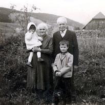 Mit Schwester Gabriela, Oma & Opa - Frühjahr 1961