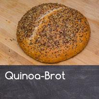 8. Mit einem Küchentuch zugedeckt weitere 45 min. gehen lassen. Gegen Ende der Zeit den Ofen auf 250°C vorheizen  9. Brot vorsichtig mit lauwarmem Wasser einpinseln, die Samen darüberstreuen  10. Brot mit einem sehr scharfen Messer mit flach geführter K