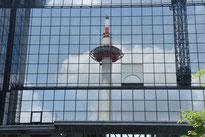 京都駅壁面に映った京都タワー