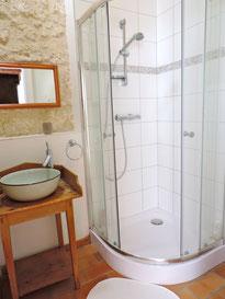 Salle de douche et sanitaires du rez-de-chaussée, proches de la piscine
