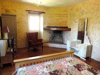 Chambre du 1er étage, lit deux places, penderie, commode, coiffeuse,