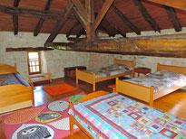 Grande chambre sous les poutres, idéale pour les enfants car 2 de ses 4 lits sont placés au-delà d'une poutre centrale.