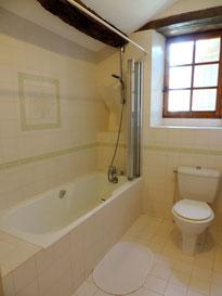 Salle de bain contigüe à la chambre du 1er étage