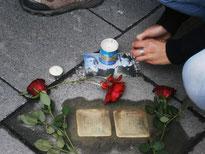 Rosen und Kerzen bei der feierlichen Verlegung