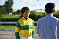 インタビューを受ける佐藤騎手
