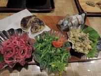 イタドリの炒め物、破竹(タケノコ)の梅酢漬、葉の花のお浸し。山菜も一杯!