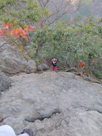 この岩を登るのがホントに道?!