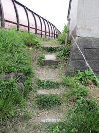 ①急斜面に作られた手作り階段を登っていくと…