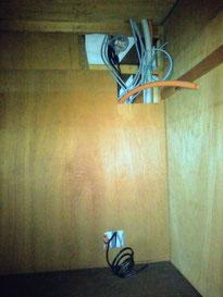 押入れの奥にまとめた電気の配線の束