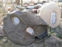 創作石灯り 左 インドネシア黒石18万円 右 御影石13万円