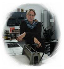 Autorin Julia Vogel steht in ihrer Druckerwerkstatt.