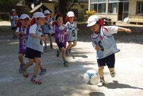 やっぱり男の子はボールをおいかけるスピードが速いね。カッコイイ~