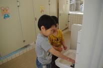 トイレにも連れて行ってあげて・・・   「ここで手を洗うんだよ。」          優しいお兄さんが一緒だから、いやだったトイレも行けたよ♪