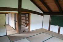 二階の畳敷きの部屋