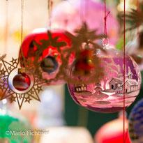 Christbaumkugeln auf dem Weihnachtsmarkt