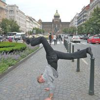 Annelie auf dem Wenzelsplatz in Prag.