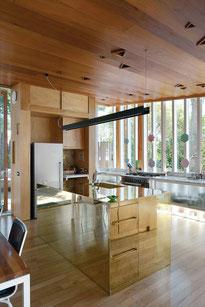 Cocina con paneles de bronce en lateral isla