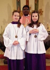 Emma Konczal und Sophie Lehnert nach deren Einführung in den Ministrantendienst durch Pfarrer Jesu Savariyappan im Familien-gottesdienst am 13.12.2015