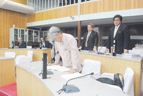 昨年の与那国町議会12月定例会で、崎原教育長の不信任決議に賛成して起立する野党議員3人。左奥の2人が与党議員。