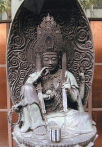京都市。六角堂境内の観音菩薩坐像